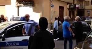 il sindaco De Luca contestato dai residenti durante l'arresto del nigeriano
